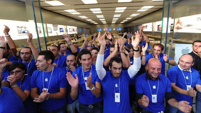 What It's Like to Work the Apple Store Front Lines on iPhone Day