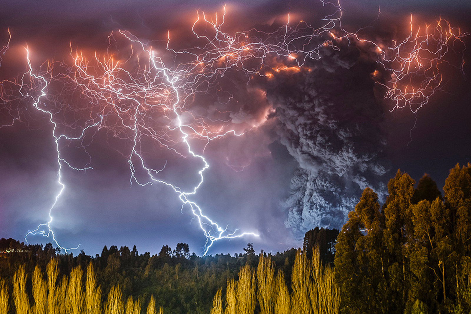 This ... & Lightning over a volcanic eruption in Chile aka Hell on Earth : pics azcodes.com