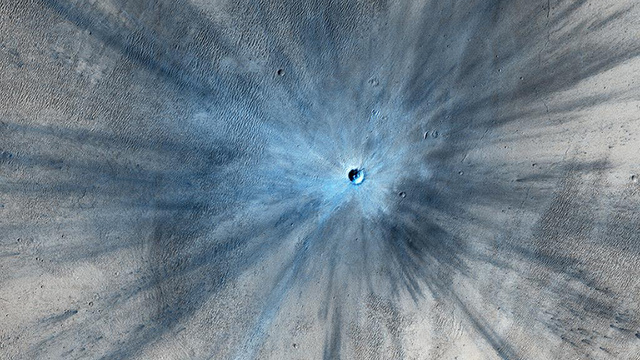 A spectacular new impact crater appears on Mars